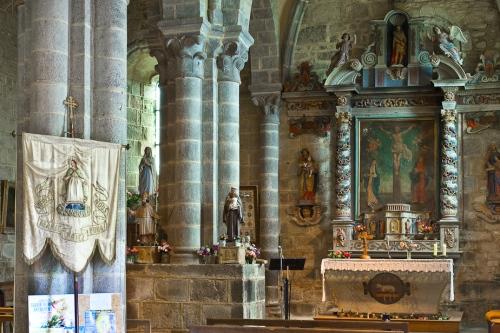 Église Sainte Anne, Heume l'Eglise (Puy (Puy de Dôme) Photo by PJ McKey