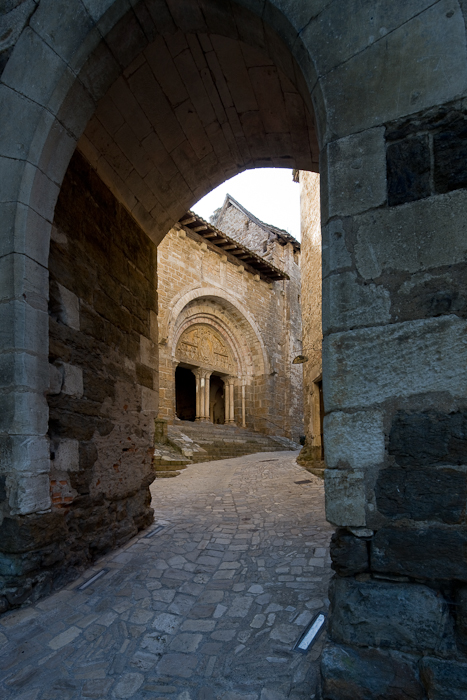 West face through arch, Église Saint Pierre de Carennac  (Photo by Dennis Aubrey)