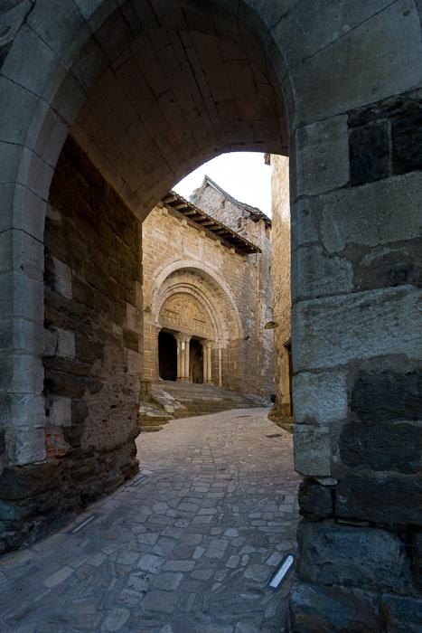 West face through arch, Église Saint Pierre de Carennac  (Photo by Dennis Aubrey)