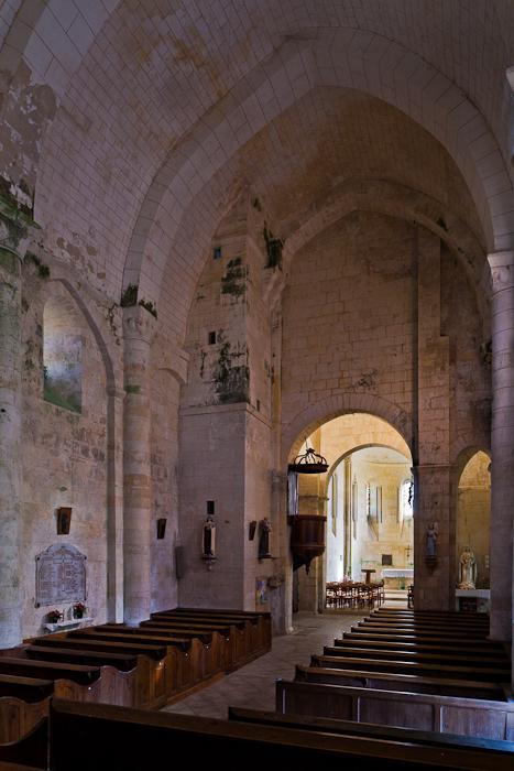 Nave, Église Saint-Vivien de Geay, Geay (Charente-Maritime) Photo by PJ McKey