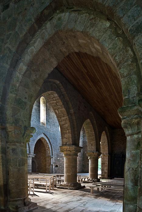 Side aisle arcade, Eglise abbatiale Notre-Dame de Boquen, Plénée-Jugon (Côtes-d'Armor) Photo by PJ McKey
