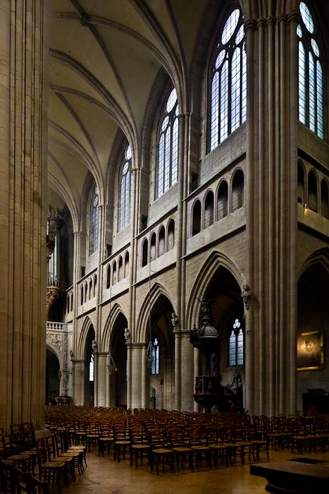 Nave, Cathédrale Saint Benigne, Dijon (Côte d'Or)  Photo by PJ McKey