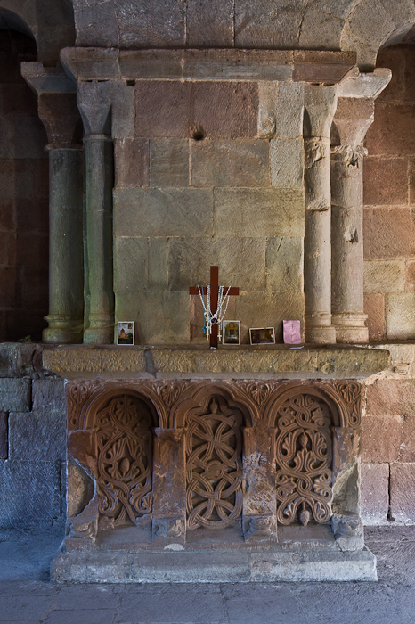 Altar, Église Saint-Pierre à Bessuéjouls, Bessuéjouls (Aveyron) Photo by PJ McKey
