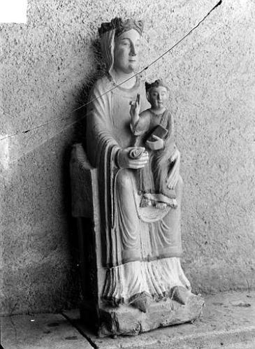 Statue en bois polychrome : Vierge à l'Enfant assise, Image copyright Patrimoine de France, photo by Henri Heuzé.