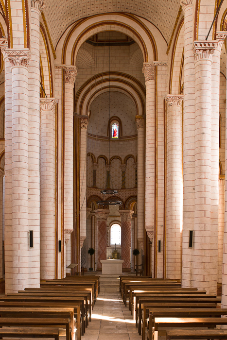 Nave, Collégiale Saint-Pierre, Chauvigny (Vienne)  Photo by Dennis Aubrey