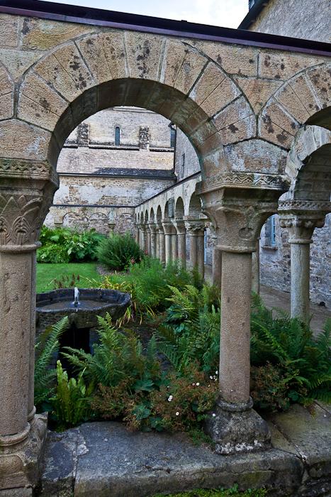 Cloister arch, Abbaye Notre-Dame de Daoulas, Daoulas (Finistère)  Photo by PJ McKey