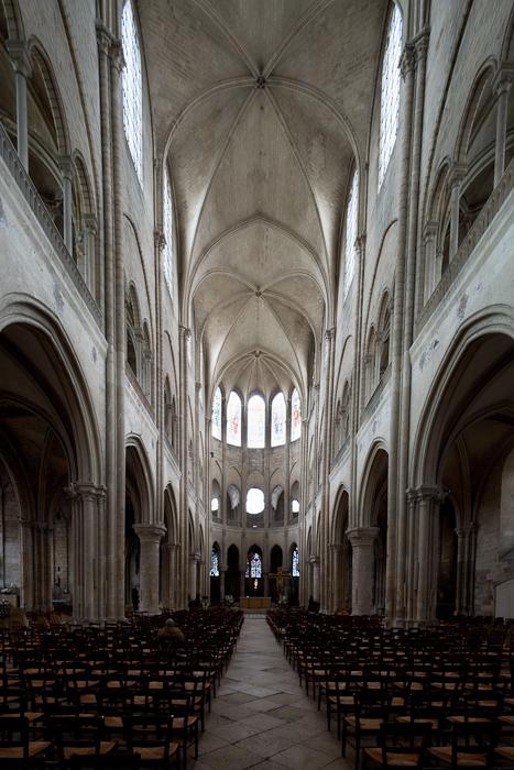 Nave, Collégiale Notre-Dame, Mantes-la-Jolie (Yvelines) Photo by Dennis Aubrey
