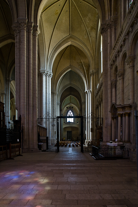Side aisle, Cathédrale Saint Pierre, Poitiers (Vienne) Photo by PJ McKey