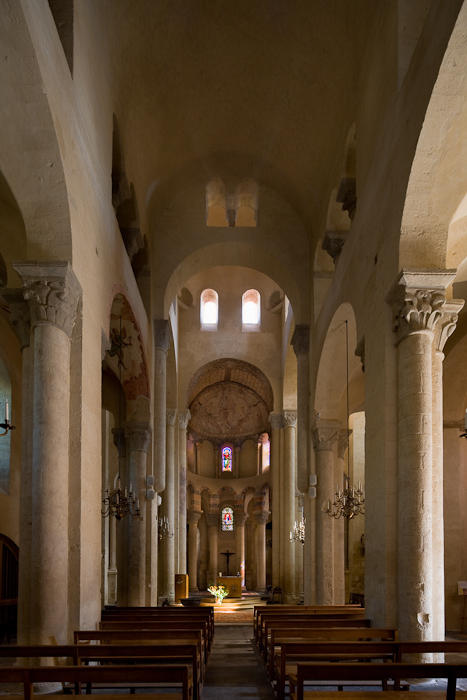 Nave, Église Saint-Martin de Cournon-d'Auvergne, Cournon-d'Auvergne (Puy-de-Dôme) Photo by Dennis Aubrey