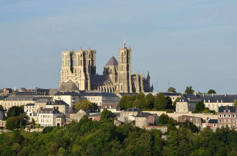 La cathédrale de Laon, (Aisne, France) vue depuis la branche sud est de la ville haute, Photograph by Pline (Creative Commons Attribution-Share Alike 3.0)
