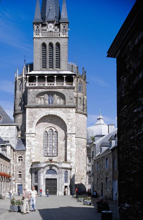 West facade, Palatine Chapel, Aachen (Nordrhein-Westfalen)  Photo by Jong-Soung Kimm