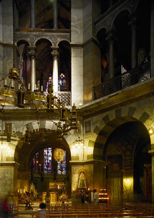 Octagonal interior, Palatine Chapel, Aachen (Nordrhein-Westfalen)  Photo by Jong-Soung Kimm