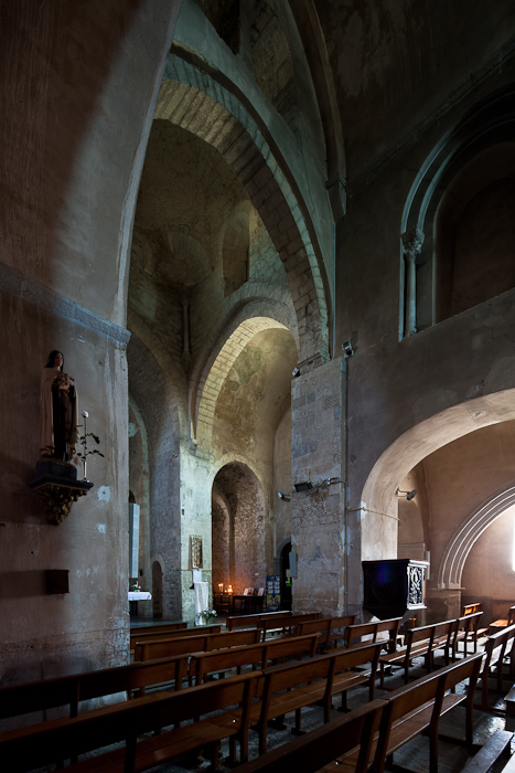 Nave elevation, Église Saint-Pierre-aux-Liens de Ruoms, Ruoms (Ardèche)  Photo by Dennis Aubrey