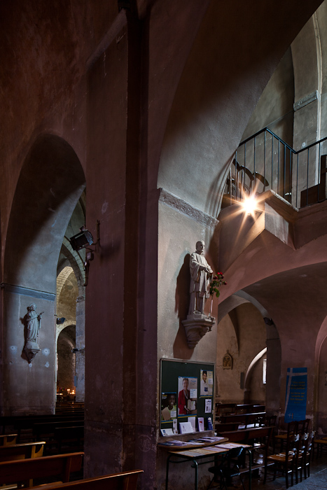 Nave arcade, Église Saint-Pierre-aux-Liens de Ruoms, Ruoms (Ardèche) Photo by PJ McKey