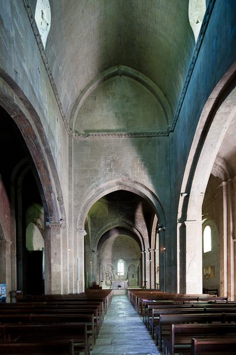 Nave, Cathédrale Notre Dame de Nazareth, Vaison-la-Romaine (Vaucluse)  Photo by Dennis Aubrey