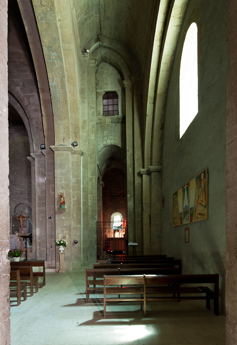 South side aisle with arc rampant, Cathédrale Notre Dame de Nazareth, Vaison-la-Romaine (Vaucluse)  Photo by Dennis Aubrey