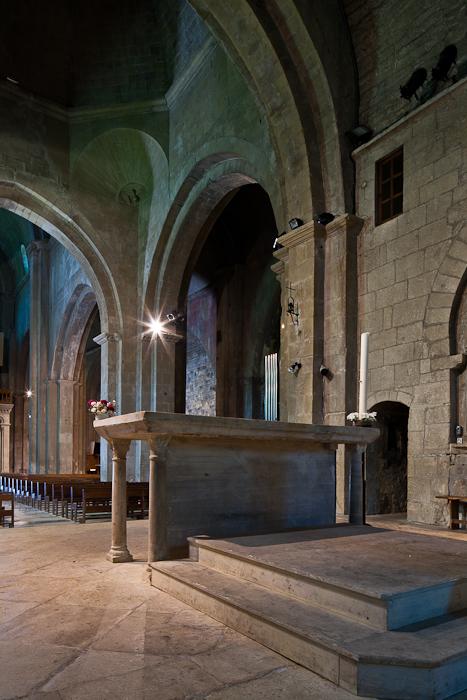 Altar, Cathédrale Notre Dame de Nazareth, Vaison-la-Romaine (Vaucluse) Photo by PJ McKey