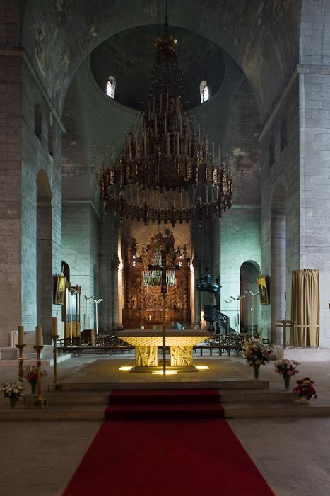 Chancel crossing to apse, Cathédrale Saint Front, Périgueux (Dordogne)  Photo by Dennis Aubrey