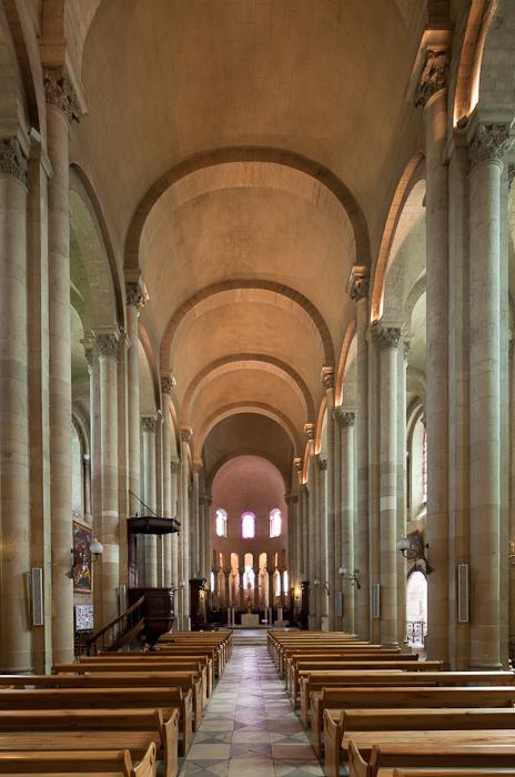 Nave, Cathédrale Saint-Apollinaire, Valence (Drôme)  Photo by Dennis Aubrey