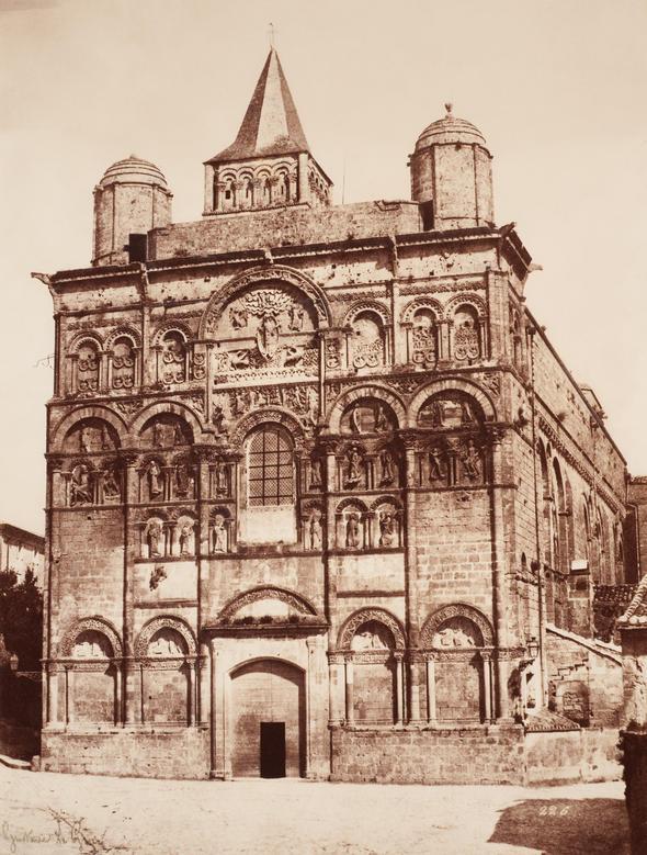 Gustave Le Gray. La cathédrale Saint-Pierre d'Angoulème, France. 1851. Épreuve argentique à l'albumine à partir d'un négatif sur papier ciré, 31,6 x 24,0 cm. Collection CCA. PH1999:0094