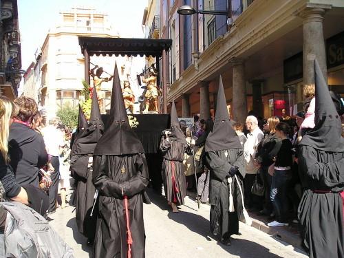 Une procession de pénitents noir, à Perpignan (© DR)