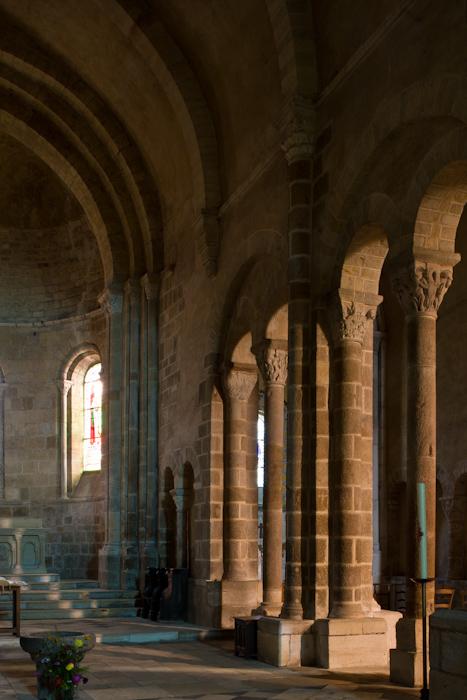 Nave arcades, Église Saint-Genès de Châteaumeillant, Châteaumeillant (Cher)  Photo by Dennis Aubrey