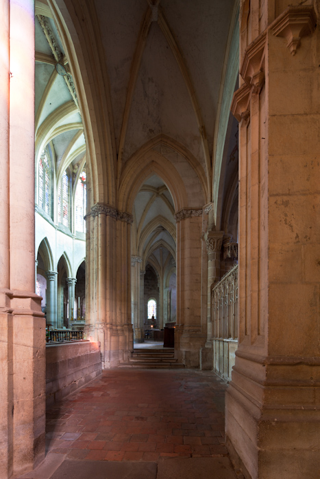 Side aisle to ambulatory, Prieuré Saint-Pierre-et-Saint-Paul de Souvigny, Souvigny (Allier)  Photo by Dennis Aubrey