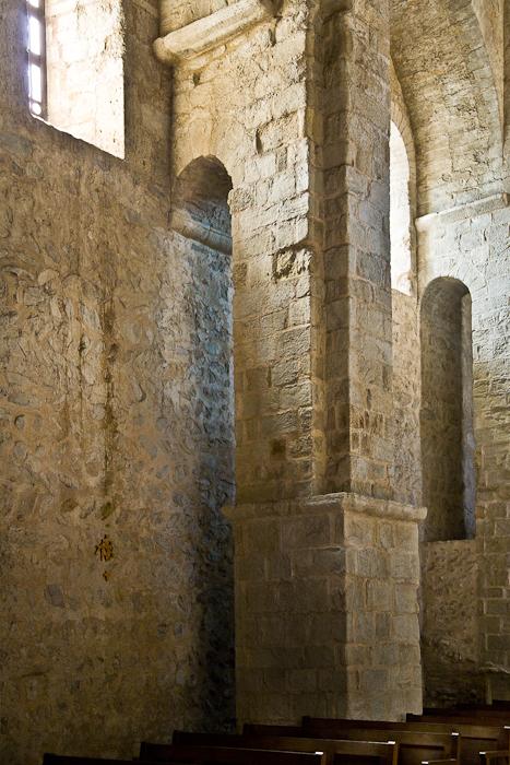 Side aisle arch rampant, Église Saint-André-de-Sorède, Saint-André (Pyrénées-Orientales)  Photo by PJ McKey