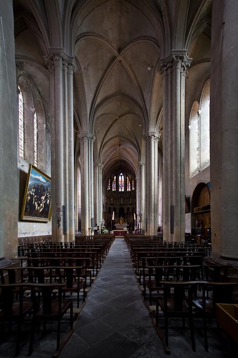 Nave,  Collégiale Saint-Cerneuf, Billom (Puy-de-Dôme) Photo by PJ McKey