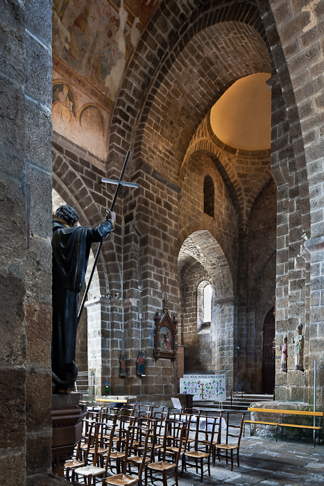 Nave, Collégiale Saint-Junien de Saint-Junien,  Saint-Junien (Haute-Vienne)  Photo by PJ McKey