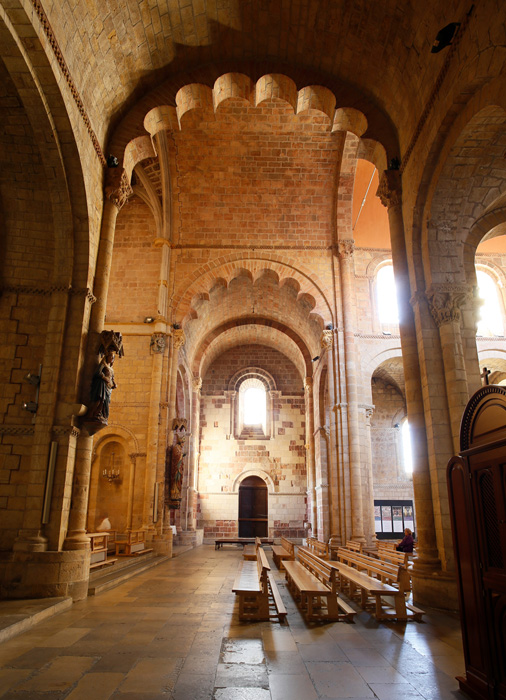 Transept arches with scalloped stone work, Basilica of San Isidoro, León (Castile-León) Photo by Jong-Soung Kimm